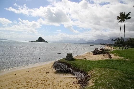 Kualoa-Rock-Beach